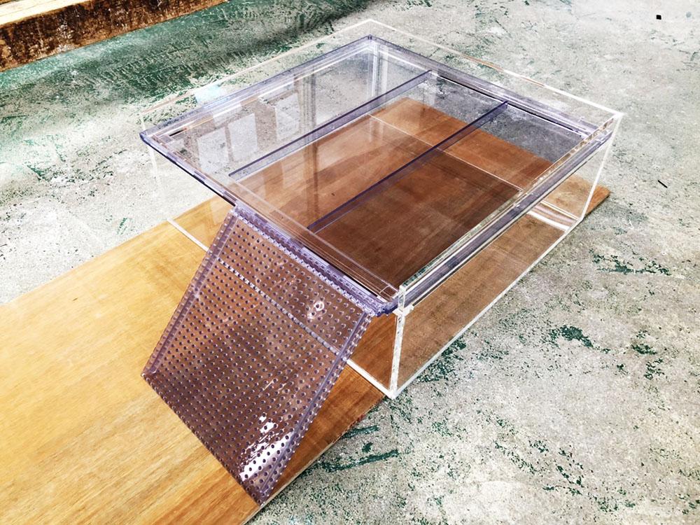 【オーダーメイドアクリル水槽】塩ビ製トレー・スロープつきアクリル特殊水槽